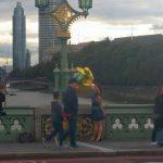 Ballons zum Geburtstag auf der Westminster Bridge