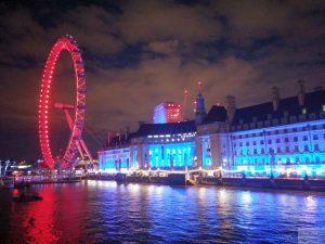 London Eye und County Hall beleuchtet