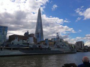 The Shard von der Themse aus. Davor die HMS Belfast